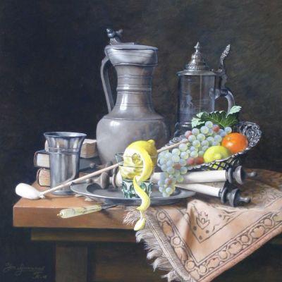 <strong>Stilleven met tinnenkan, zilveren schaal en fruit. Afm.60x50cm.</strong>